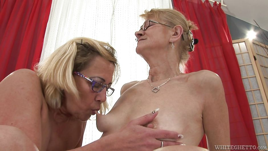 mom watching daughter go lesbian